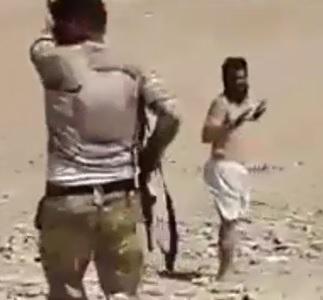 Iraqi Soldiers Execute Two Members of DAESH in Desert