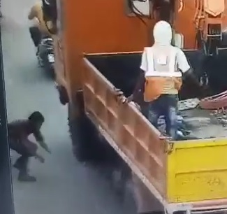 (Repost) Live Suicide Guy Dives Under Trucks Wheel