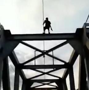 Moronic Man Climbs Bridge But Gets Electrocuted