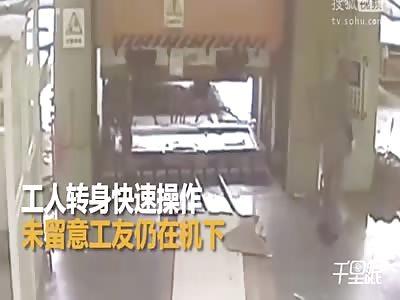 Workshop operator crushes  in a hydraulic machine