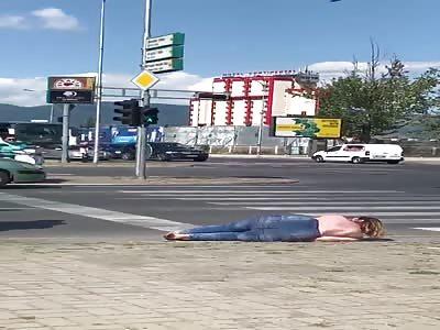 Lunatic nude girl  VS  Taxidriver