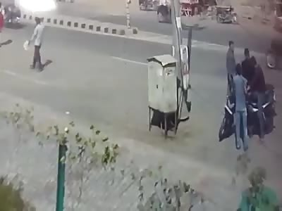 CCTV Footage: Murder On Road in DayLight | Gang Brutally Killed Man