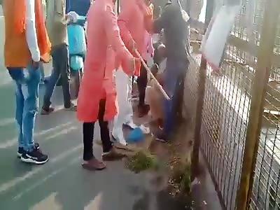 SHOCKING: Some goons in saffron kurtas throttle, assault a Kashmiri
