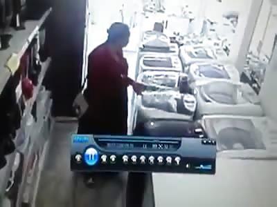 Thief swallows tv in store ( Dash cam)