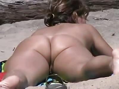 Voyeur expose nudist babe on the beach...