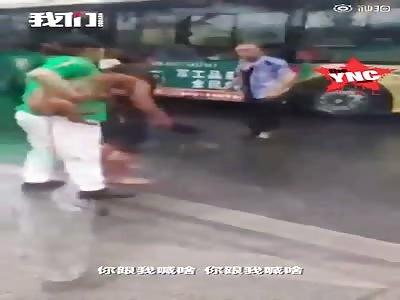 bus driver fights passenger in the rain in Harbin