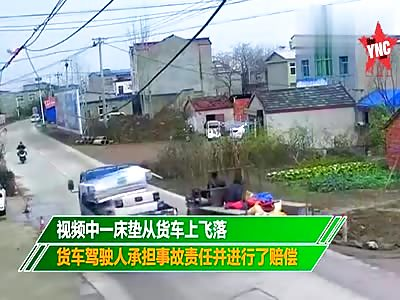 flying mattress hits a woman on her bike on the Liu Road in Bengbu City