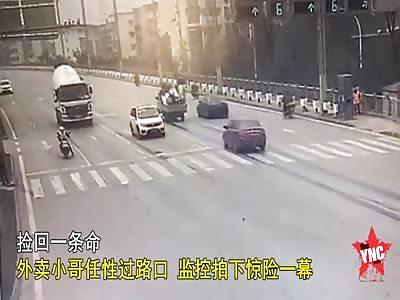 take-away brother nearly gets crushed when takes a bad U-turn in Wu'an