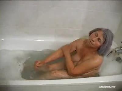 granny_likes_to_take_a_bath