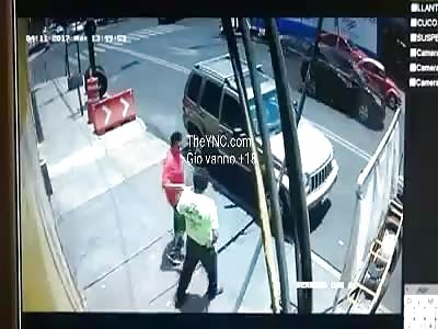 Cae abuela de camión en movimiento cctv