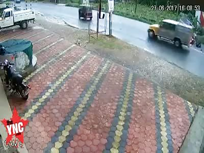 Motorbike hits a rickshaw head on