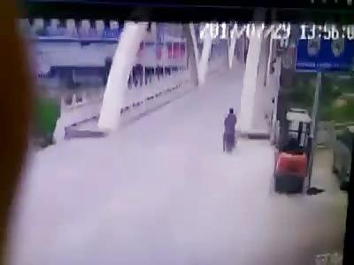 Motorcyclist crashes stupidly