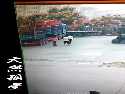 Worker dies crushed by several steel bars in the head