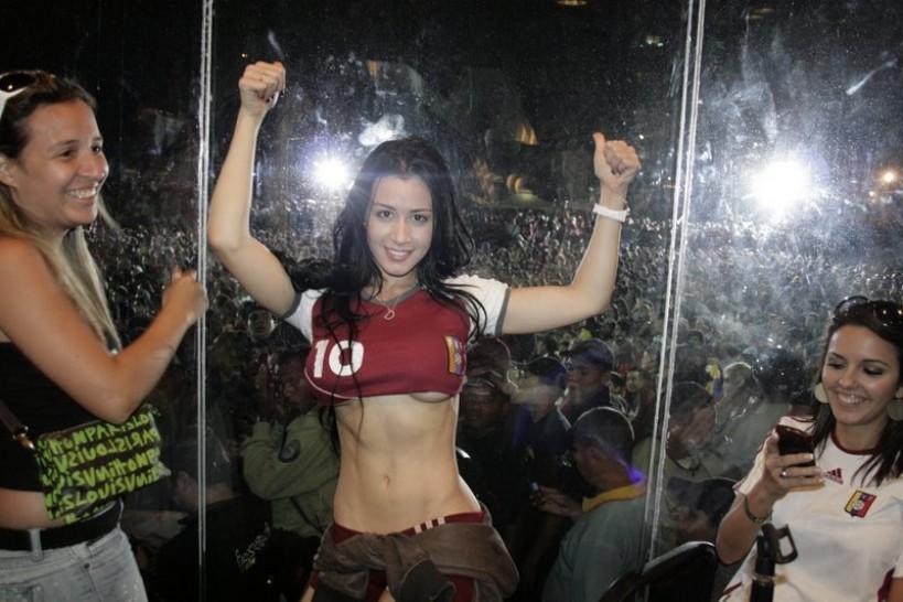 Amazing Soccer Fan Wardrobe Malfunction .... DAYUM!!