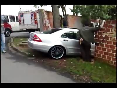 Motorista herói atropela bandido após assalto...Driver hits bandit hero after assault