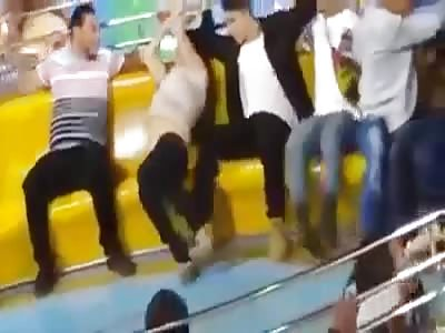 Girl loses her Pants in Amusement Park Ride