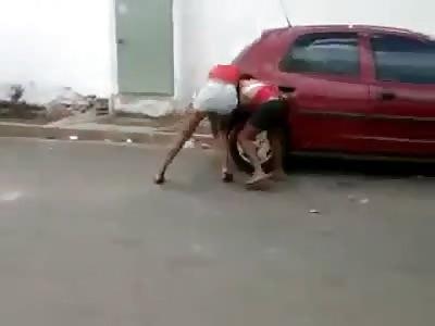 *BRAZIL* 4x1 Catfight, beaten girl has a CONVULSION!!! LOL