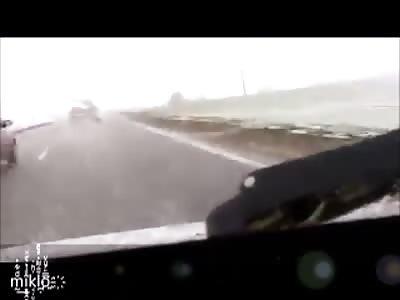 impactante rayo cae en auto carretera