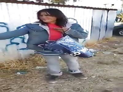 jóvenes chilenos le pagan mil pesos a indigente para que baile la mayonesa