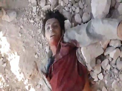 Iraqi Rafidhi Citizen Soldier unleashes rage on killed ISIS terrorist