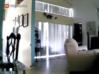 Woman Calls 911 As She Watches Burglars.