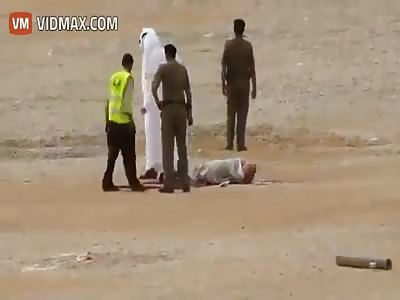 Saudi beheads a man with a sharp sword with a single swipe